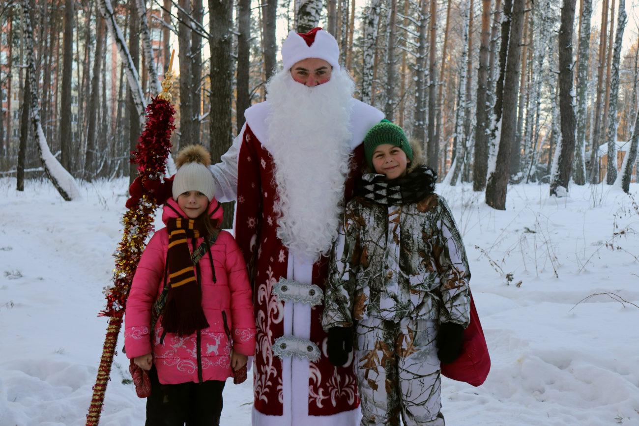 Артем и Лиза не только журналисты, но и волонтеры — помощники самого Деда Мороза!